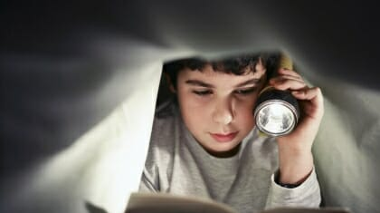 kid-reading-in-bed